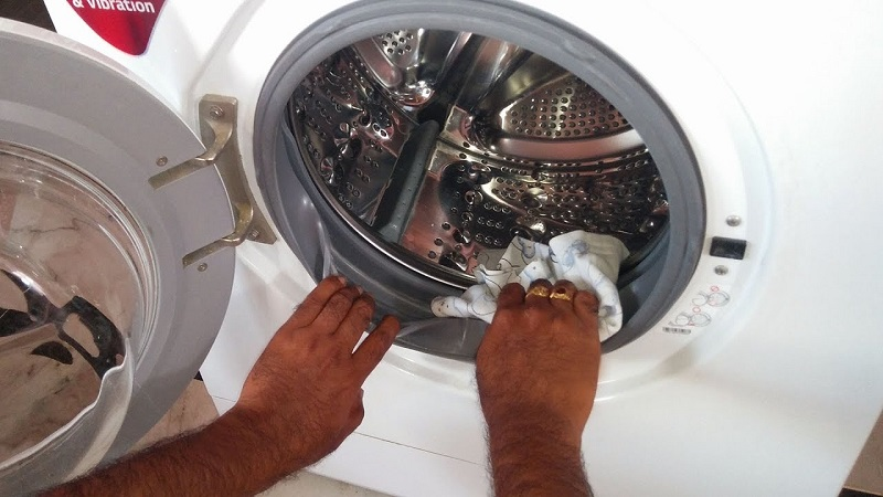 Tiến hành lau bên trong máy giặt và kiểm tra đường ống