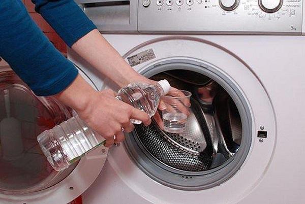 Vệ sinh máy giặt lồng ngang bằng nước giấm