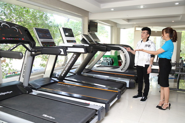 Nhân viên Elipsport tư vấn máy chạy bộ cho Đan Trường